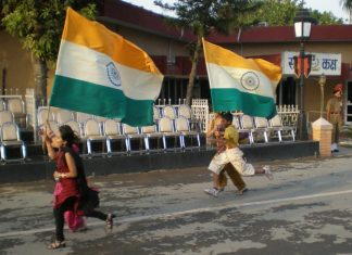 children running with India's flags